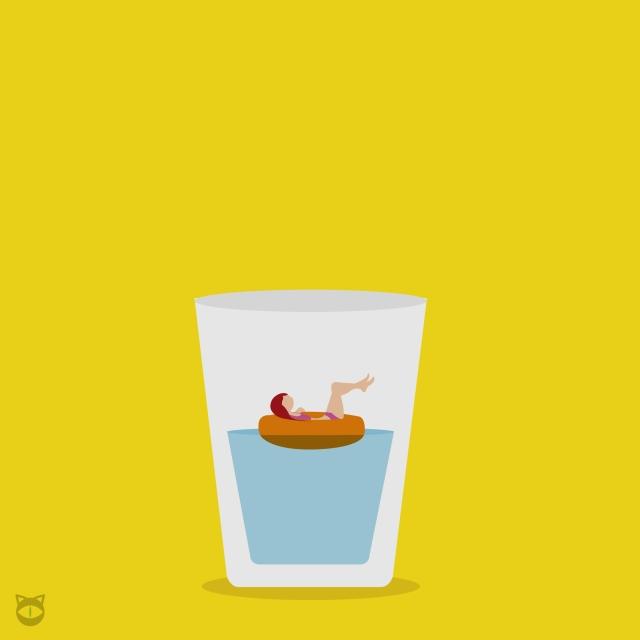 Chica flotando en vaso de agua
